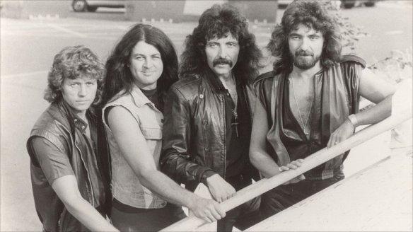 """O Black Sabbath em 1983 com Ian Gillan (segundo da esq. para a dir.) e Bev Bevan (Electric Light Orchestra), este último substituindo o baterista original Bill Ward: um """"supergrupo"""" que desapontou"""