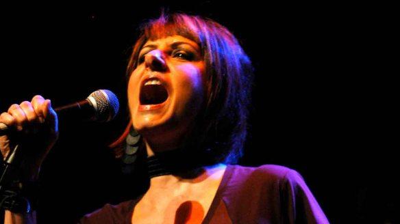 """Fernanda Abreu: a espevitada cantora carioca decidiu revisitar a cria de seu truta Fawcett uma década depois, dando à canção uma roupagem bem mais """"moderna"""", dançante e """"carioquizada"""""""