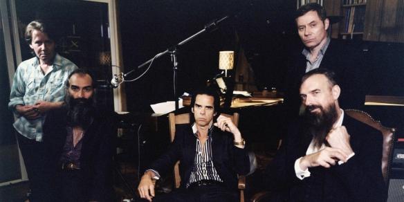 Nick Cave (no centro) & the Bads Seeds em sua formação mais atual: versando (com um vozeirão meio assustador, meio sensual) sobre sobre temas tão densos quanto violência, religião, obsessão amorosa e, claro, morte, sobre um som que mistura blues, rock, jazz, baladas ao piano e toda a grandiosidade do gospel