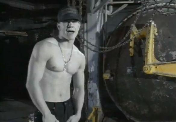 """Cena do clipe de """"Good Vibrations"""" (1991): antes de se tornar o consideravelmente famoso """"ator"""" Mark Wahlberg, o sujeito bombadinho do vídeo abaixo era conhecido como Marky Mark, e capitaneava um grupo de pop-rap e dance batizado de """"Marky Mark and the Funky Bunch"""""""
