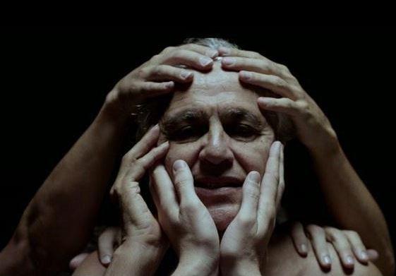 """Caetano Veloso em cena do clipe de """"A Bossa Nova é Foda"""": isso é o que eu chamo de """"abraçaço"""""""