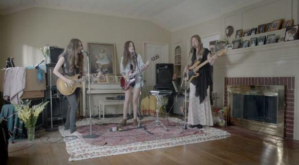 """Cena do clipe de """"Forever"""", do trio Haim: meninas descompromissadamente bonitas e boas de som"""