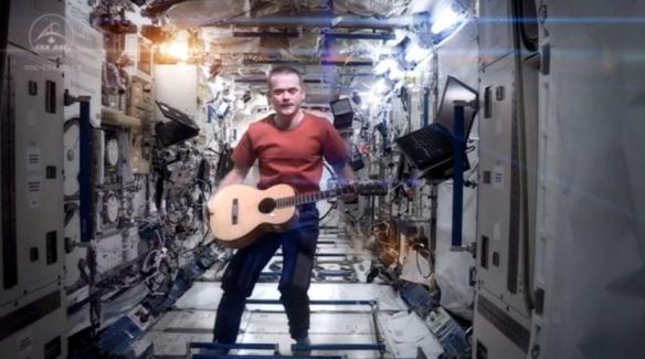"""O astronauta canadense Comandante Chris Hadfield - atual tripulante da Estação Espacial Internacional - resolveu registrar, em pleno espaço, uma comovente versão da canção """"Space Oddity"""", composta originalmente por David Bowie"""