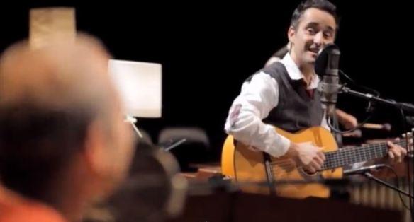 """O uruguaio Jorge Drexler (à direita) e o norte-americano Ben Sidran (desfocado em primeiro plano): releitura bonita de se ver e ouvir para a canção """"I Don't Worry About a Thing"""", de Mose Allison"""