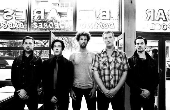 Queens of the Stone Age em sua formação mais recente (Josh Homme é o segundo da direita para a esquerda): novo álbum é difícil de analisar, mas parece deixar pistas do caminho que a banda pode seguir