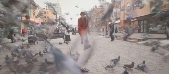 """A bela cena final do vídeo em que a garota russa Tamara Bryak (Тома Бусинка) homenageia """"Roda Viva"""", de Chico Buarque: suingue eslavo e um genuíno tributo à música brasileira"""