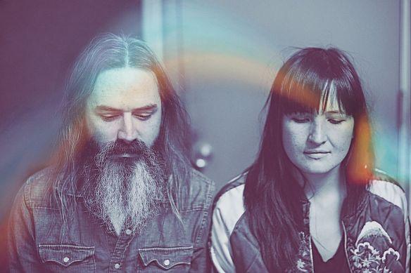 Moon Duo (EUA): a mistura de garage rock, psicodelia e noise pop soa muito interessante por detrás da onírica cortina de distorção fuzz e reverb produzida pela aparelhagem compacta da dupla