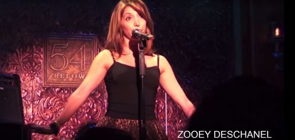 "A cantora e comediante Christina Bianco canta o clássico ""Total Eclipse of the Heart"" (1983; Bonnie Tyler) encarnando várias cantoras pop."