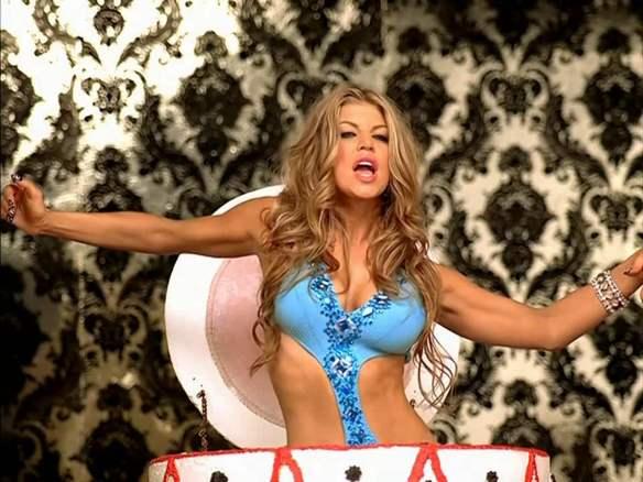 """Fergie em cena do clipe de """"Fergalicious"""": Ufa, desde """"The Rockafeller Skank"""" eu não tinha tanto trabalho. Parece uma monografia fonográfica."""