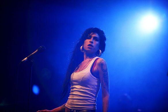 """Amy Winehouse: junto com o músico e produtor inglês Mark Ronson a cantora registrou uma versão ainda mais atraente de """"Valerie"""", da banda The Zutons"""