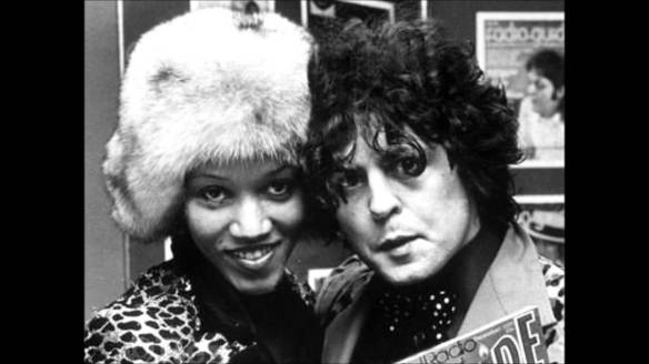 Gloria Jones e Marc Bolan  em registro dos anos 1970: e não é que ela é a mãe do hit (gravado duas vezes) que eu creditava ao Soft Cell?